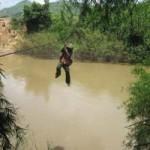 Tin tức trong ngày - Đu dây cáp qua sông, một phụ nữ rơi từ độ cao 10m