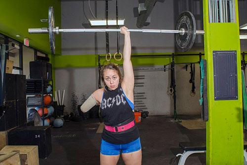 Nữ lực sỹ mất 1 tay vẫn nâng được mức tạ 95 kg - 1
