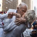 Tin tức trong ngày - Ảnh ấn tượng: Tái hiện nụ hôn bất tử
