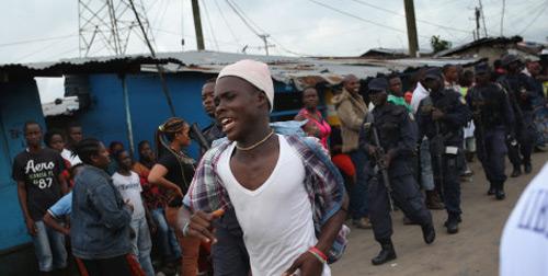 """""""Tâm bão"""" Ebola: Dân tấn công, cướp đồ bệnh nhân - 2"""