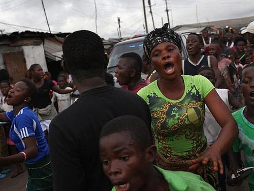 """""""Tâm bão"""" Ebola: Dân tấn công, cướp đồ bệnh nhân - 1"""