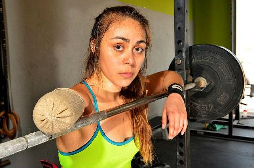 Nữ lực sỹ mất 1 tay vẫn nâng được mức tạ 95 kg - 2