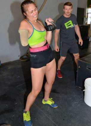 Nữ lực sỹ mất 1 tay vẫn nâng được mức tạ 95 kg - 4