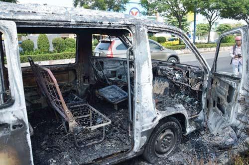 Xe chở bệnh nhân bốc cháy, tài xế bế khách ra ngoài - 1