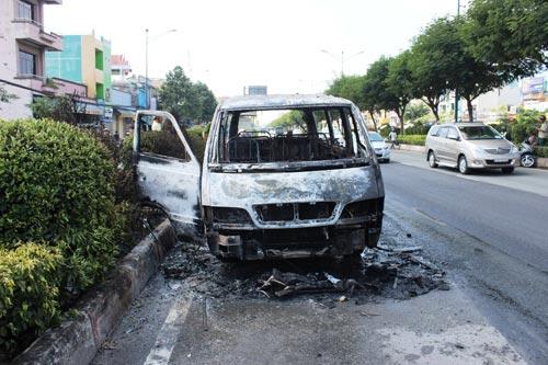 Xe chở bệnh nhân bốc cháy, tài xế bế khách ra ngoài - 3