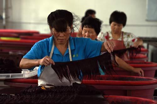 Nguy cơ tiềm ẩn từ tóc giả trôi nổi - 1