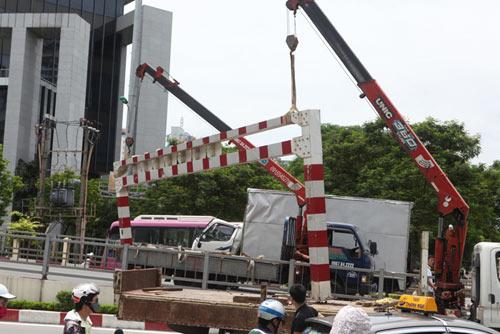 HN: Xe biển ngoại giao húc đổ thanh chắn cầu vượt - 7