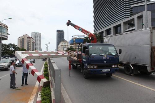 HN: Xe biển ngoại giao húc đổ thanh chắn cầu vượt - 2