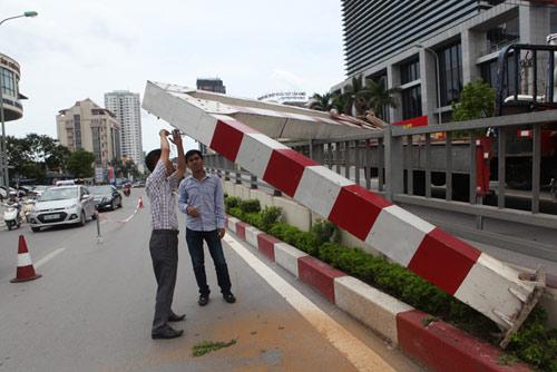 HN: Xe biển ngoại giao húc đổ thanh chắn cầu vượt - 5