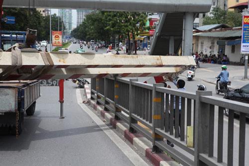 HN: Xe biển ngoại giao húc đổ thanh chắn cầu vượt - 6
