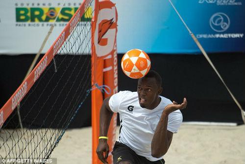 Usain Bolt trổ tài đá bóng chuyền siêu hạng - 1