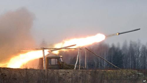 Ukraine: Đoàn xe tị nạn trúng pháo, nhiều thương vong - 1