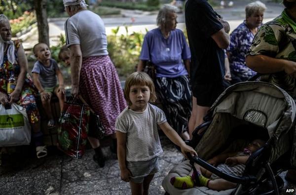 Ukraine: Đoàn xe tị nạn trúng pháo, nhiều thương vong - 2