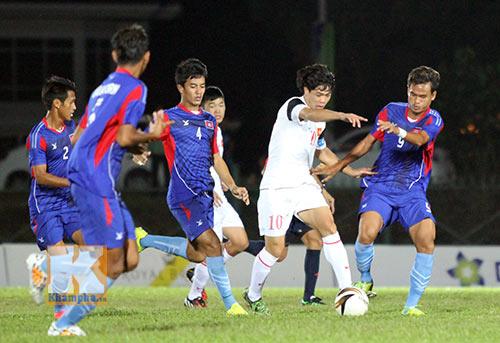 """Chùm ảnh: U19 VN """"hành hạ"""" đàn anh U21 Campuchia - 2"""