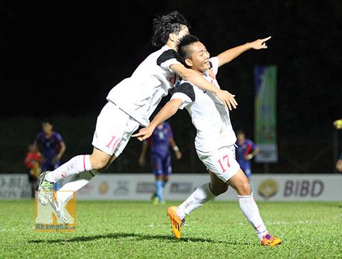 """Chùm ảnh: U19 VN """"hành hạ"""" đàn anh U21 Campuchia - 10"""