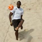 Thể thao - Usain Bolt trổ tài đá bóng chuyền siêu hạng