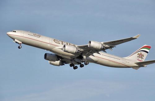 Khử trùng máy bay có hành khách đột tử vì nghi nhiễm Ebola - 1