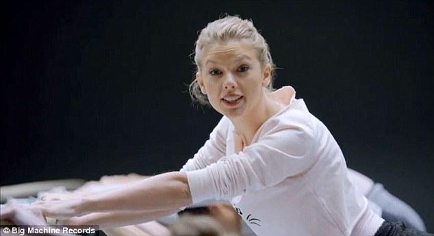 Taylor Swift không ngại luồn dưới chân vũ công - 7