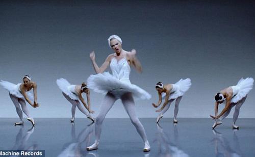 Taylor Swift không ngại luồn dưới chân vũ công - 3