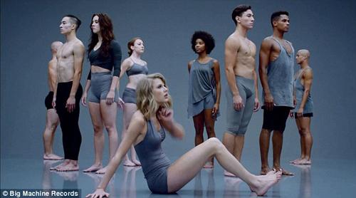 Taylor Swift không ngại luồn dưới chân vũ công - 4