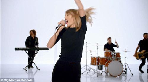 Taylor Swift không ngại luồn dưới chân vũ công - 8
