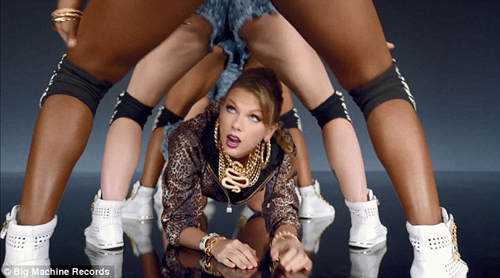 Taylor Swift không ngại luồn dưới chân vũ công - 1