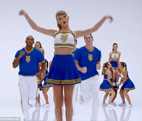 Taylor Swift không ngại luồn dưới chân vũ công - 6