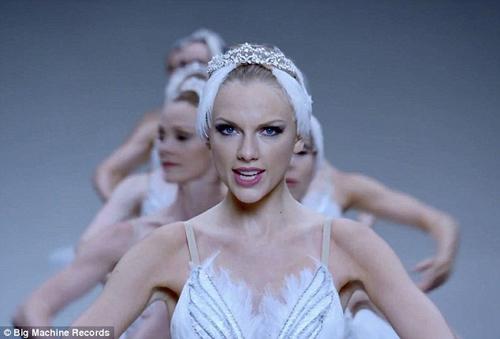 Taylor Swift không ngại luồn dưới chân vũ công - 2
