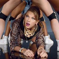 Taylor Swift không ngại luồn dưới chân vũ công