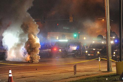 Mỹ: Vệ binh, thiết giáp bất lực trước bạo loạn - 1