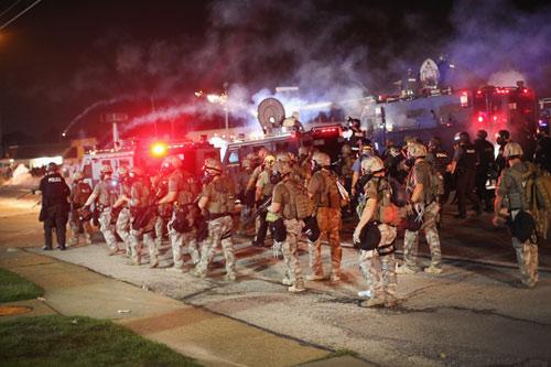 Mỹ: Vệ binh, thiết giáp bất lực trước bạo loạn - 2