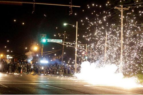 Mỹ: Vệ binh, thiết giáp bất lực trước bạo loạn - 4