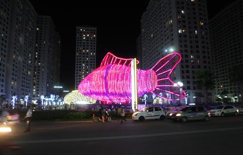 Đèn lồng cá chép khổng lồ đón Rằm Trung thu ở Hà Nội - 1