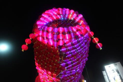 Đèn lồng cá chép khổng lồ đón Rằm Trung thu ở Hà Nội - 3