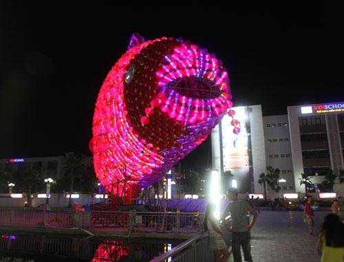 Đèn lồng cá chép khổng lồ đón Rằm Trung thu ở Hà Nội - 5