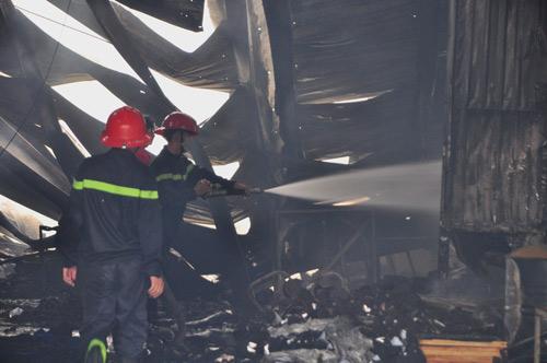 Cháy công ty giày, phá tường cứu hơn chục công nhân - 2