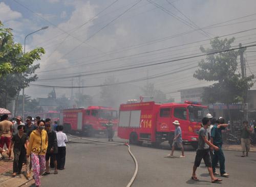 Cháy công ty giày, phá tường cứu hơn chục công nhân - 3