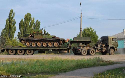 Báo Anh công bố bằng chứng Nga đưa xe tăng vào Ukraine? - 1
