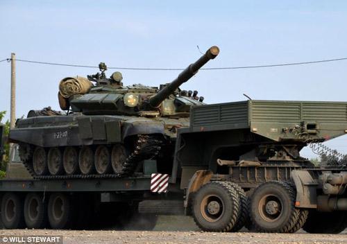 Báo Anh công bố bằng chứng Nga đưa xe tăng vào Ukraine? - 2