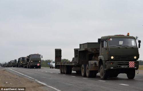 Báo Anh công bố bằng chứng Nga đưa xe tăng vào Ukraine? - 4