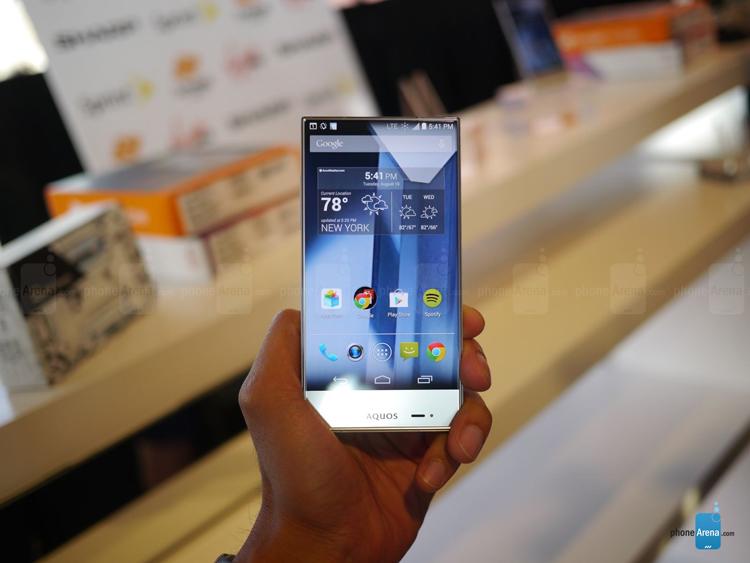 Dù chỉ gia nhập vào lĩnh vực smartphone chưa lâu, nhưng những chiếc điện thoại của Sharp đã gây sự chú ý không nhỏ đối với người sử dụng. Với ngôn ngữ thiết kế riêng, vẻ ngoài của Aquos Crystal toát lên sự cứng cáp và phong cách.