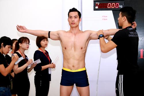 Thí sinh VNTM khoe cơ bắp lực lưỡng - 2