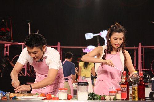 MC Tuấn Anh khoe tài nấu ăn cùng vợ trên sóng truyền hình - 3