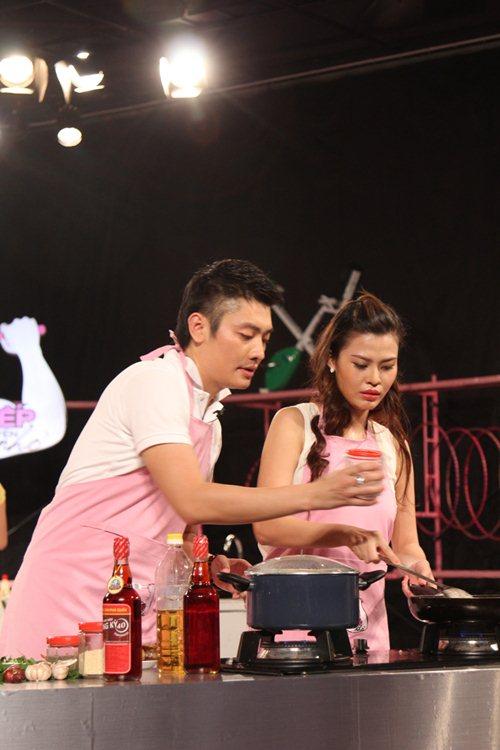 MC Tuấn Anh khoe tài nấu ăn cùng vợ trên sóng truyền hình - 1