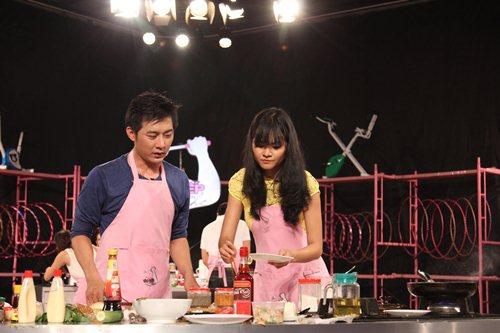 MC Tuấn Anh khoe tài nấu ăn cùng vợ trên sóng truyền hình - 6
