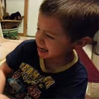 """Cậu bé khóc nức nở vì tưởng bố """"vặt"""" mất mũi"""