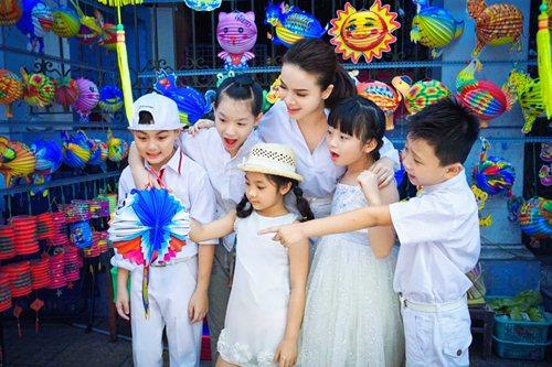 Yến Trang cùng học trò dạo phố lồng đèn - 3