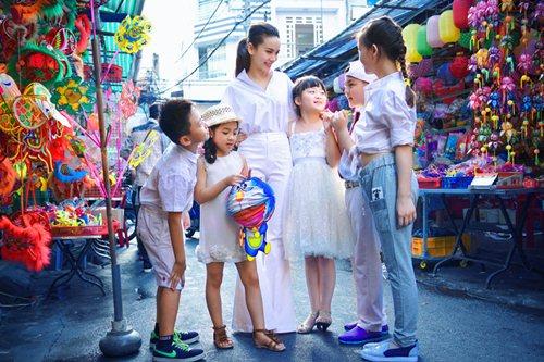 Yến Trang cùng học trò dạo phố lồng đèn - 4