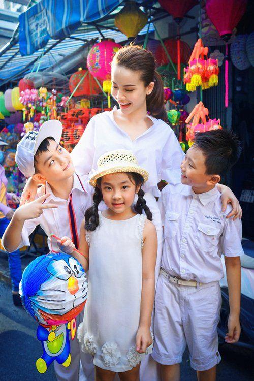 Yến Trang cùng học trò dạo phố lồng đèn - 1