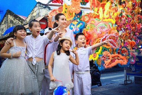 Yến Trang cùng học trò dạo phố lồng đèn - 2